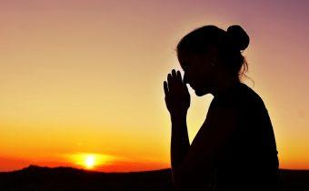mulher-oracao-por-do-sol-fe-otimismo